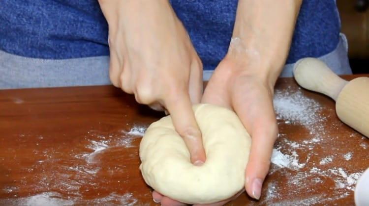 Такое тесто для пиццы даже без яиц получается эластичным и мягким.