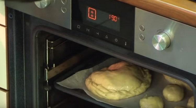 Отправляем противень с изделиями в духовку.