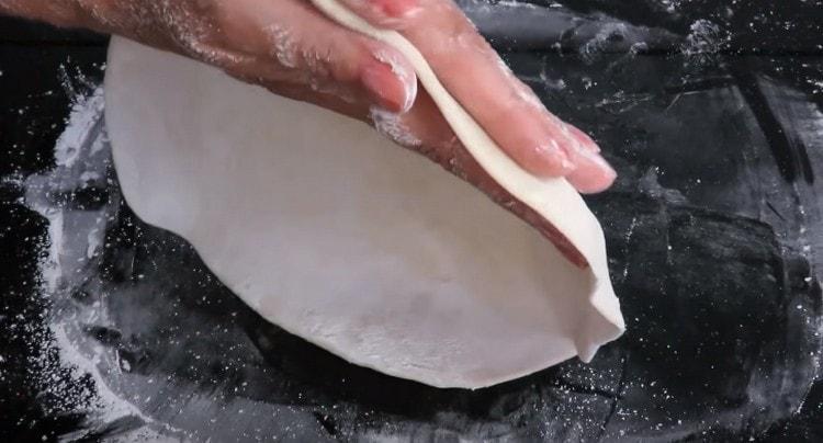 Раскатываем тесто до толщины 2 мм.