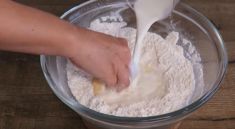 В муку добавляем яйцо и молоко.