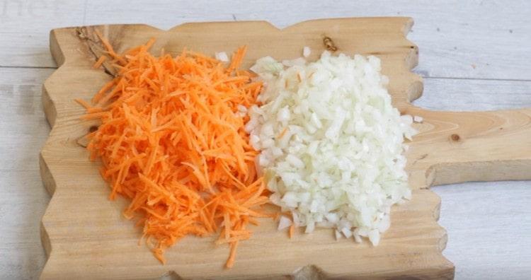 натираем на терке морковку, нарезаем мелко лук.