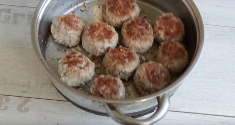 Тефтели сначала обжариваем на отдельной сковороде.