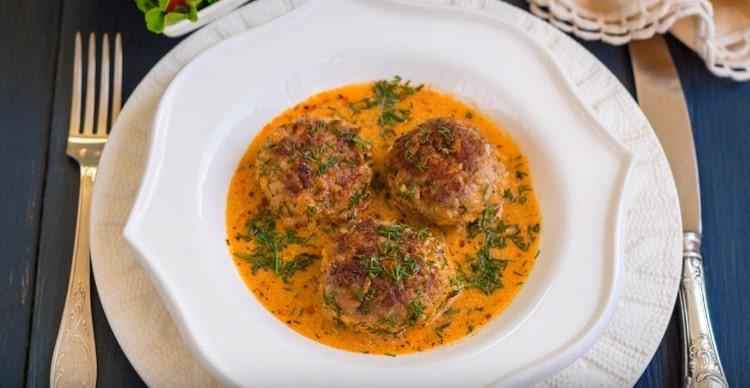 Тефтели в сметанном соусе, приготовленные на сковороде, прекрасно дополнят любой гарнир.