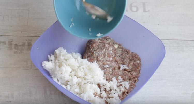 Разделяем фарш пополам и в одну часть добавляем ранее отваренный рис.