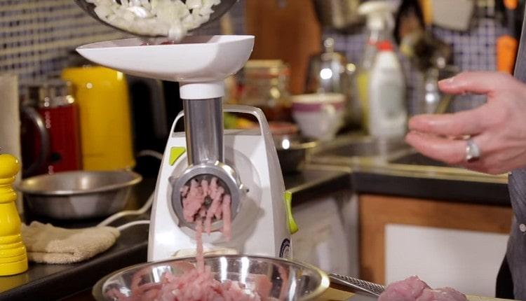 Вместе с мясом пропускаем через мясорубку также слегка обжаренный лук.