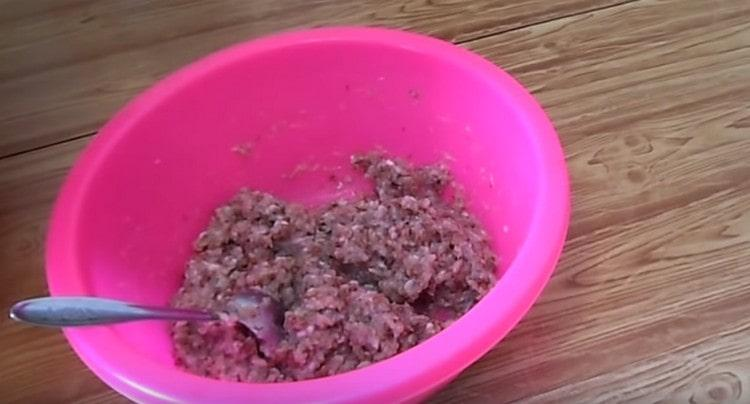 Добавив соль и перец, перемешиваем фарш.