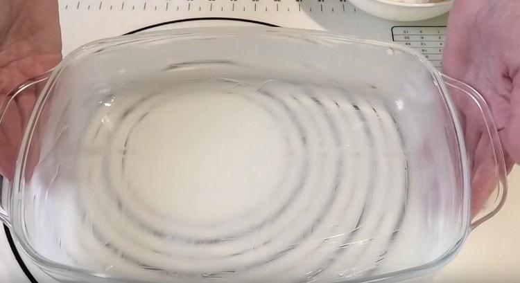 Форму для тефтелей смазываем маслом.