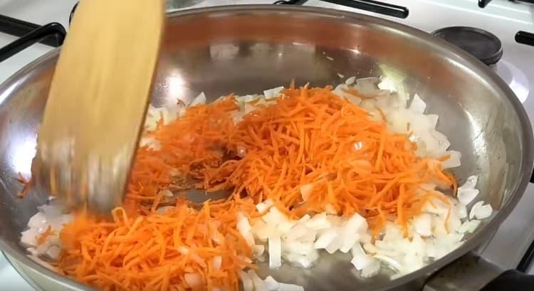 К мягкому луку на сковороду добавляем натертую на терке морковь.