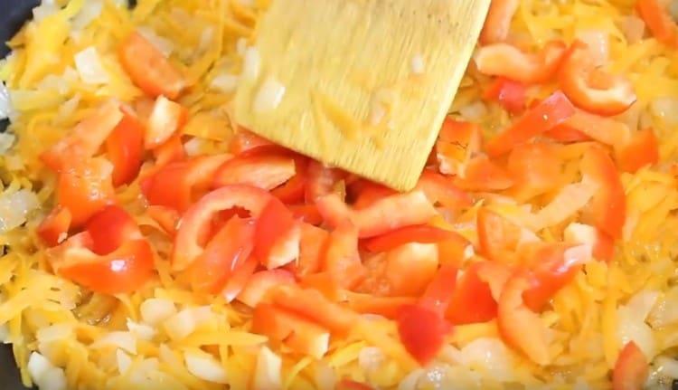 Далее выкладываем на сковороду морковь и обрезки от перцев.