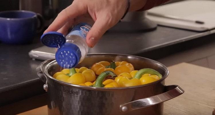 Добавляем соль и растительное масло.