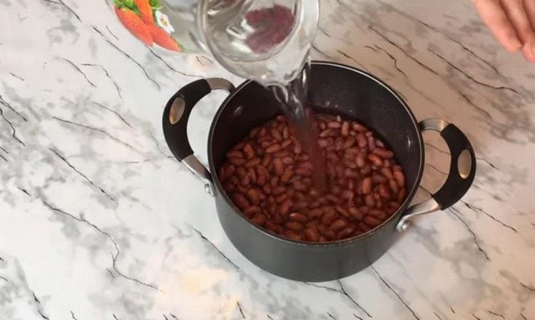 Промываем разбухшую фасоль, заливаем водой и ставим вариться.