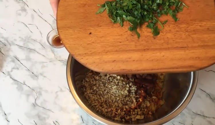 Добавляем в блюдо также измельченную петрушку.