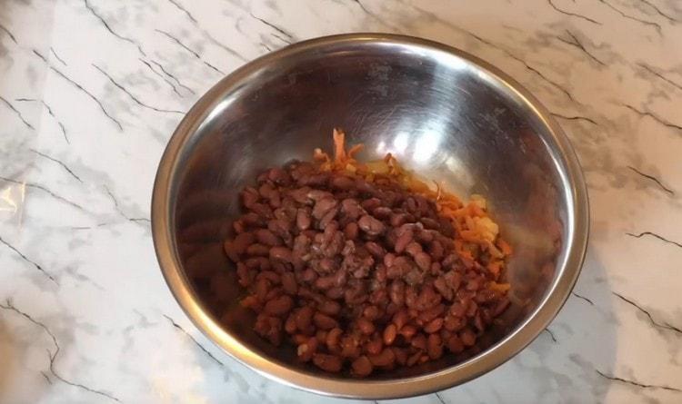 В миске соединяем фасоль и обжаренные овощи.