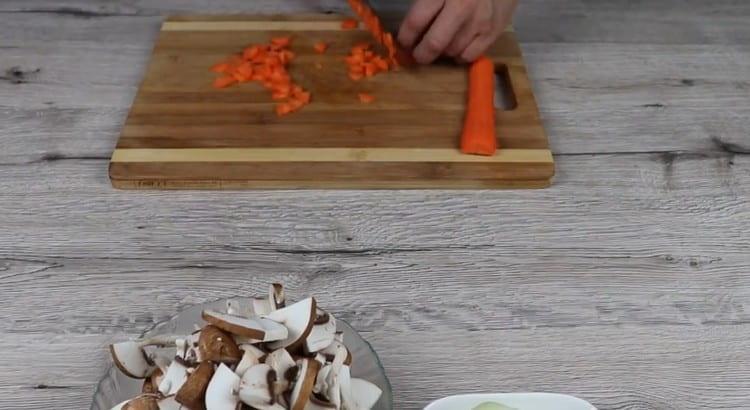 Кубиком нарезаем морковь.