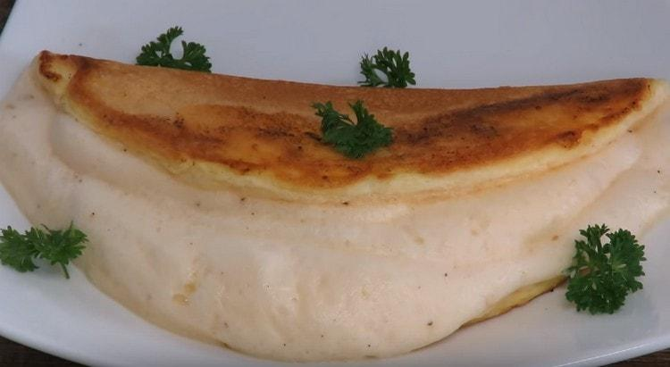 при подаче французский омлет можно украсить зеленью.