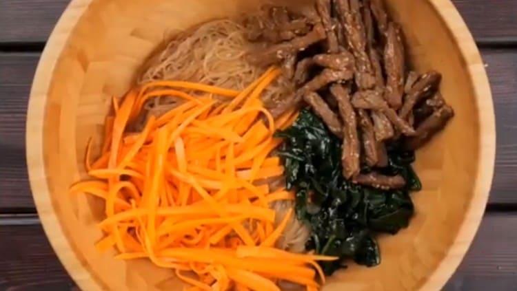 Добавляем овощи, мясо.