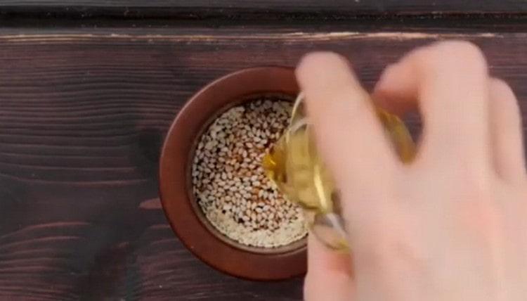 Добавляем чеснок, соевый соус, кунжутное масло.