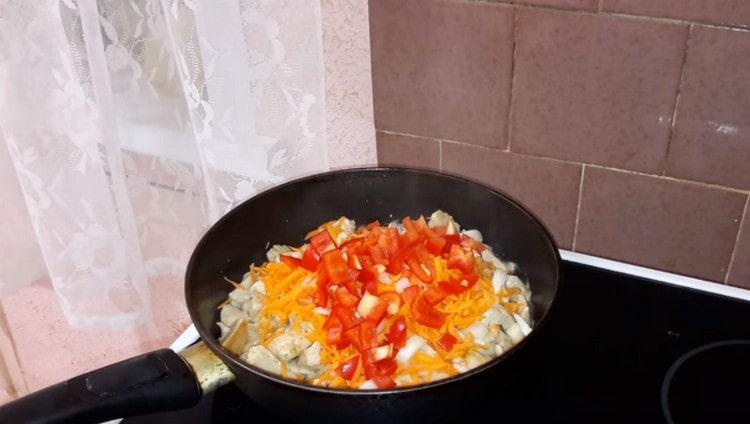 Добавляем измельченные овощи, обжариваем все вместе.