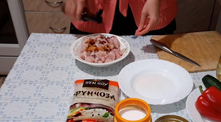 Маринуем кусочки филе в соевом соусе.