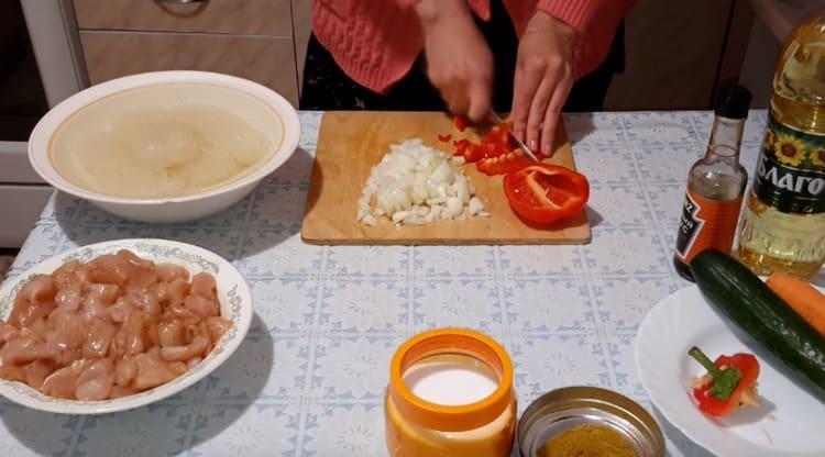 Нарезаем мелким кубиком болгарский перец.