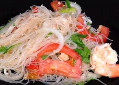 Острый тайский салат с лапшой фунчоза с морепродуктами 