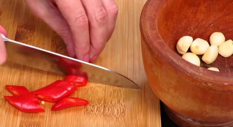 Нарезаем перец чили.