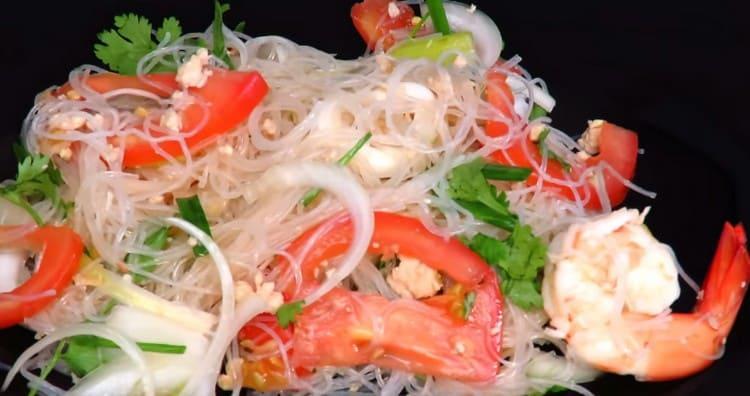 Фунчоза с морепродуктами, приготовленная таким способом, порадует пикантным ароматом и пряным острым вкусом.