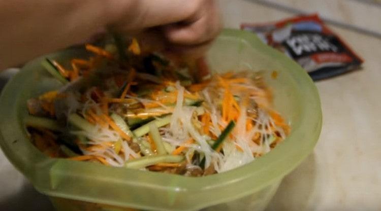 Хорошо перемешиваем фунчозу с мясом и овощами.