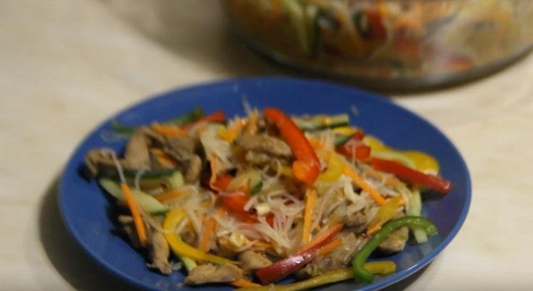 Оригинальный пикантный салат готов.