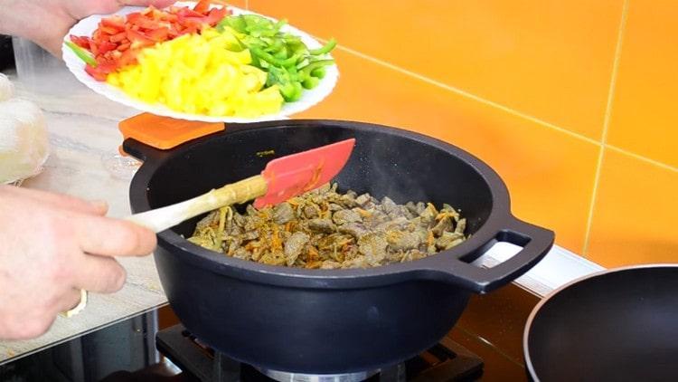 Далее добавляем к мясу болгарский перец.