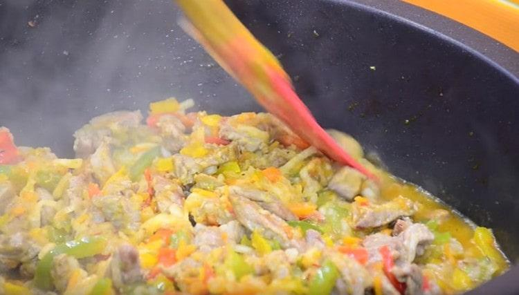 Добавляем стакан воды и оставляем блюдо тушиться. чтобы мясо стало мягким.