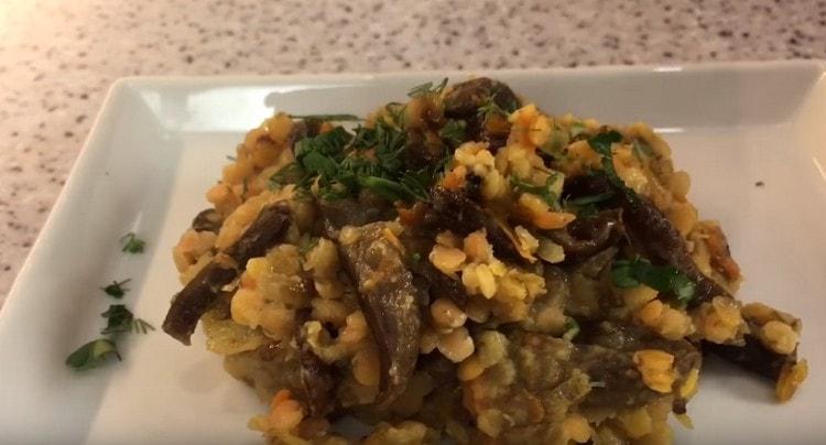 Чечевица с грибами будет еще вкуснее, если при подаче посыпать ее мелко нарубленной зеленью.