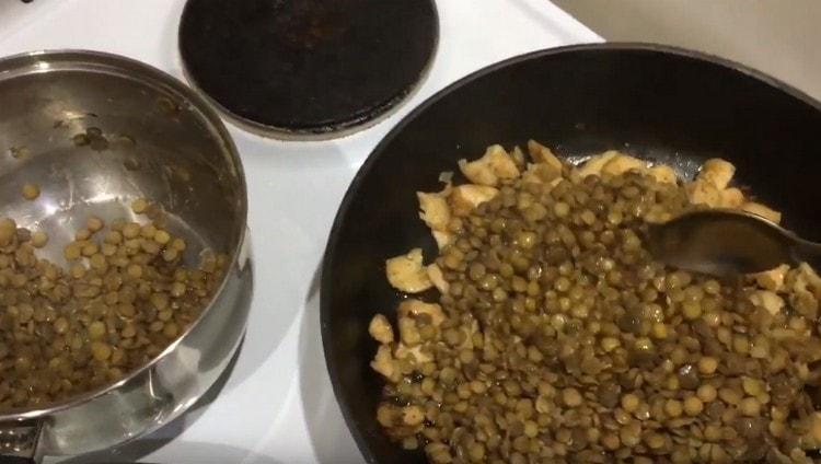 Отваренную чечевицу перекладываем на сковороду к курице с луком.