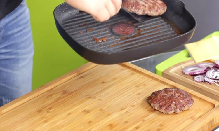 Со сковороды перекладываем котлеты на доску или тарелку и даем им остыть.
