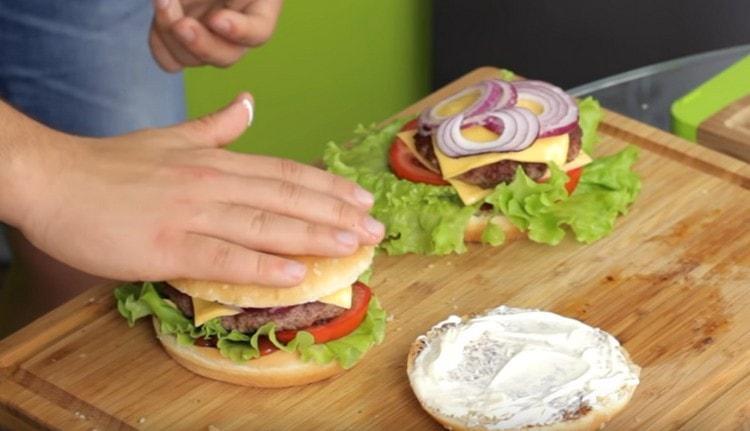 Этот рецепт поможет вам сделать идеальный домашний чизбургер.