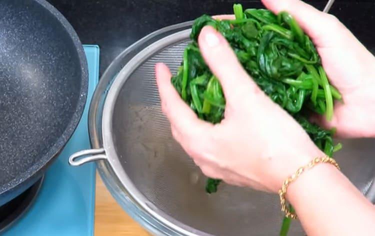 Откидываем листья на дуршлаг и даем стечь жидкости.