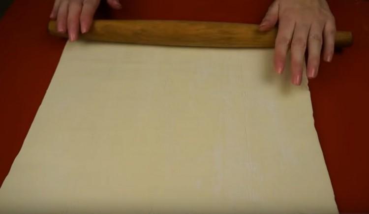Тонко раскатываем слоеное тесто.