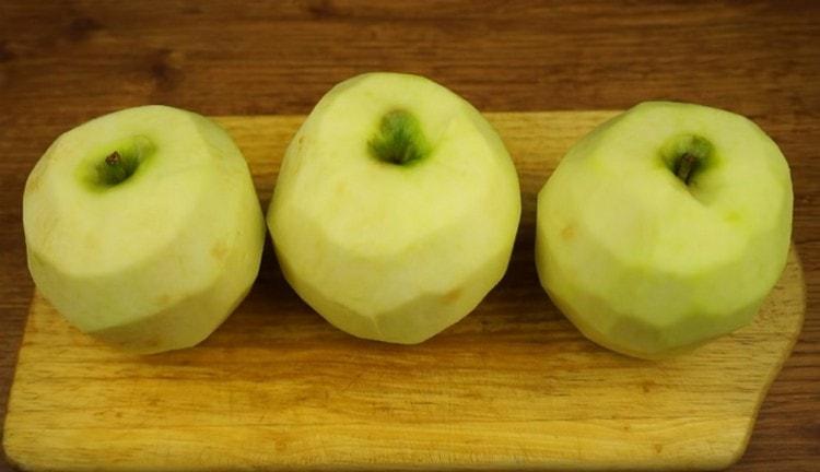 Яблоки моем и чистим от кожуры.