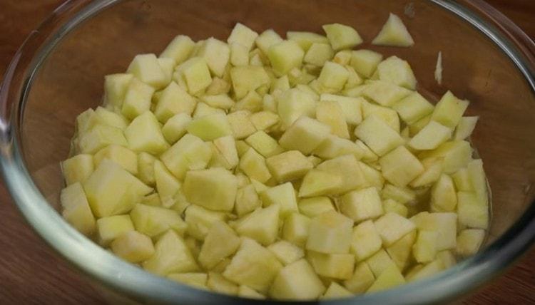 Реем яблоки маленькими кусочками и выкладываем в виду с лимоном.