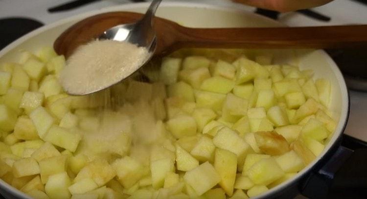 Добавляем на сковороду яблоки, а затем сахар.