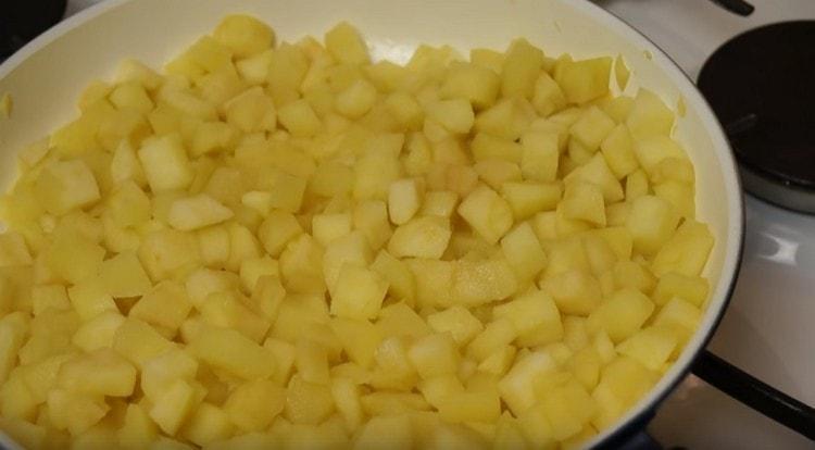 Жарим яблоки до испарения влаги.