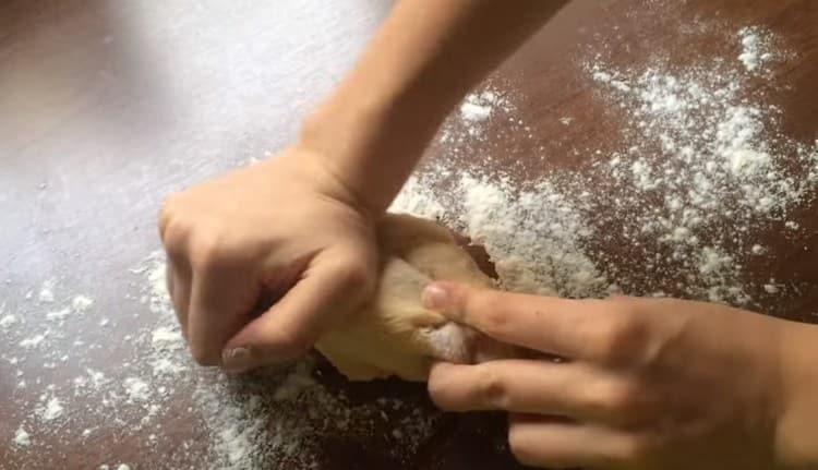 Продолжаем вымешивать тесто на присыпанной мукой рабочей поверхности.