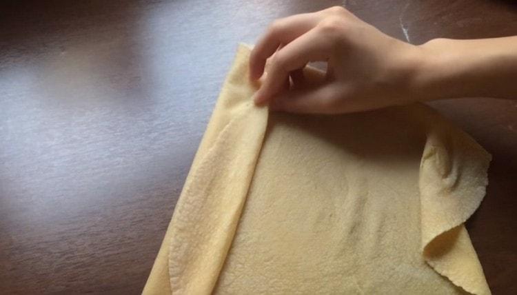 Получившийся тонкий пласт теста складываем гармошкой.