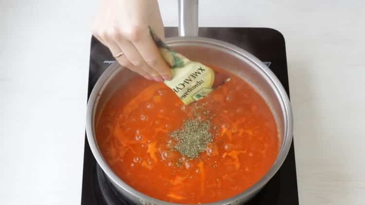 Для приготовления азу добавьте специи