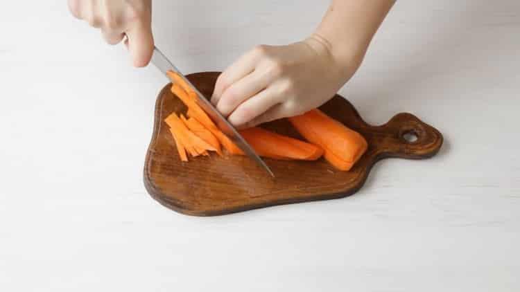Для приготовления азу нарежьте морковь