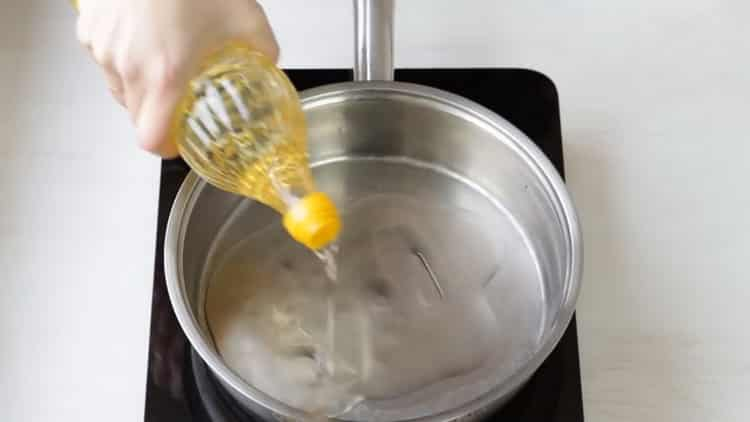 Для приготовления азу разогрейте сковородку