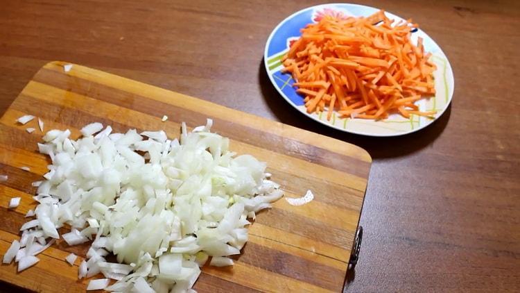 Для приготовления азу, нарежьте лук