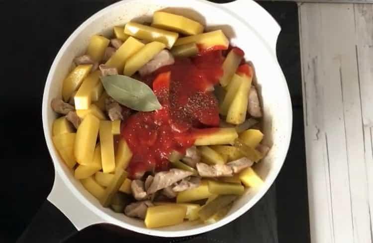 Для приготовления азу из свинины добавьте томатую пасту