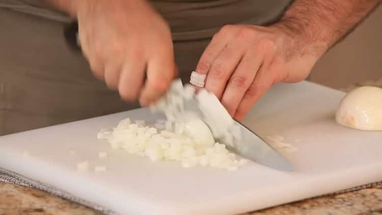 Для приготовления азу по татарски, нарежьте лук