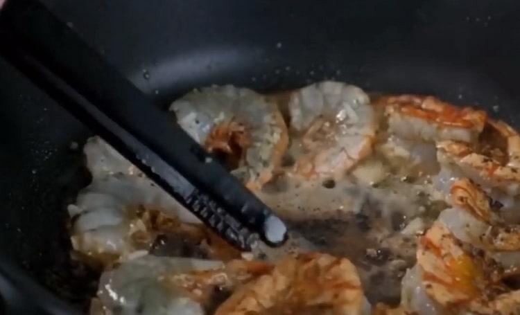 Для приготовления аргентинских креветок обжарьте ингредиенты